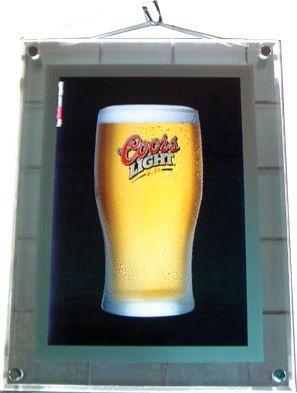 cadre lumineux led suspendu à l'image d'un verre de boisson alcoolisée