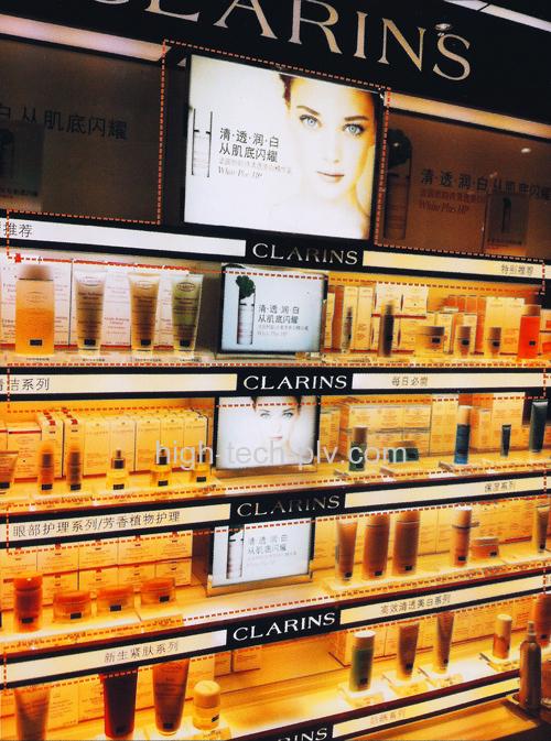 panneau led - des écrans fins s'intégrant parfaitement dans les rayonnages - ici de la parfumerie
