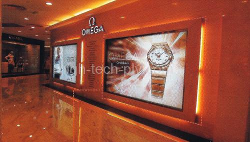 panneau lumineux - panneau avec revêtement tissu pour une publicité pour les montres dans un couloir