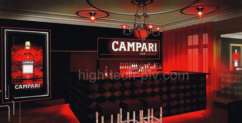 présentoir lumineux - à gauche panneau lumineux et au dessus du bar enseigne publicitaire pour une boisson