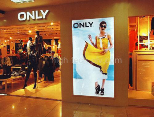 caisson lumineux led - caisson lumineux à led ultra-fin en affichage dans une vitrine de boutique