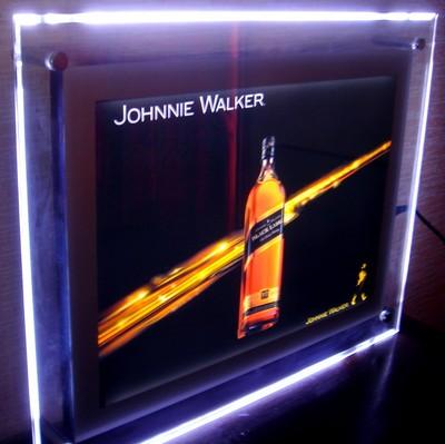 cadre lumineux led avec éclairage par la tranche et visuel publicitaire pour une marque d'alcool