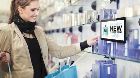 écran publicitaire - cliente utilisant l'écran publicitaire en rayon dans un magasin